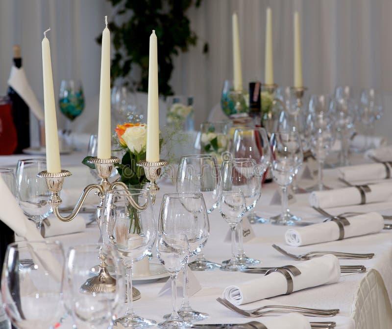 Tischschmuck mit Gläsern, Platten am Hochzeitstag Fokus auf den Gläsern lizenzfreie stockfotografie
