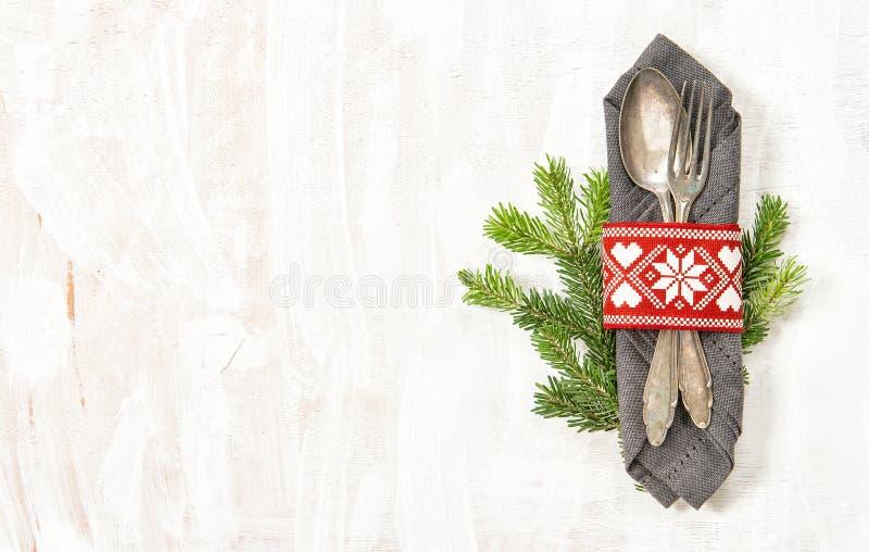 Tischschmuck-Weihnachtsbaumaste Feiertagsmenü lizenzfreies stockfoto