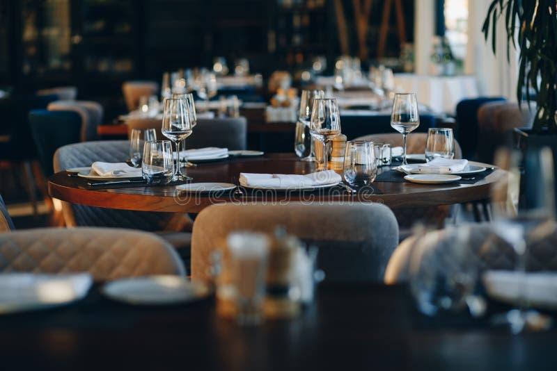 Tischtücher in schöner Tischlage im Restaurant stockfoto