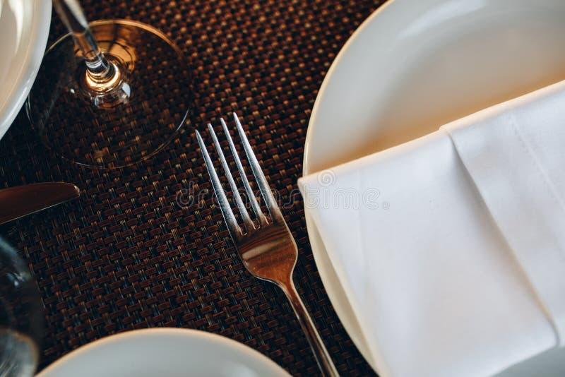 Tischtücher in schöner Tischlage im Restaurant lizenzfreie stockbilder