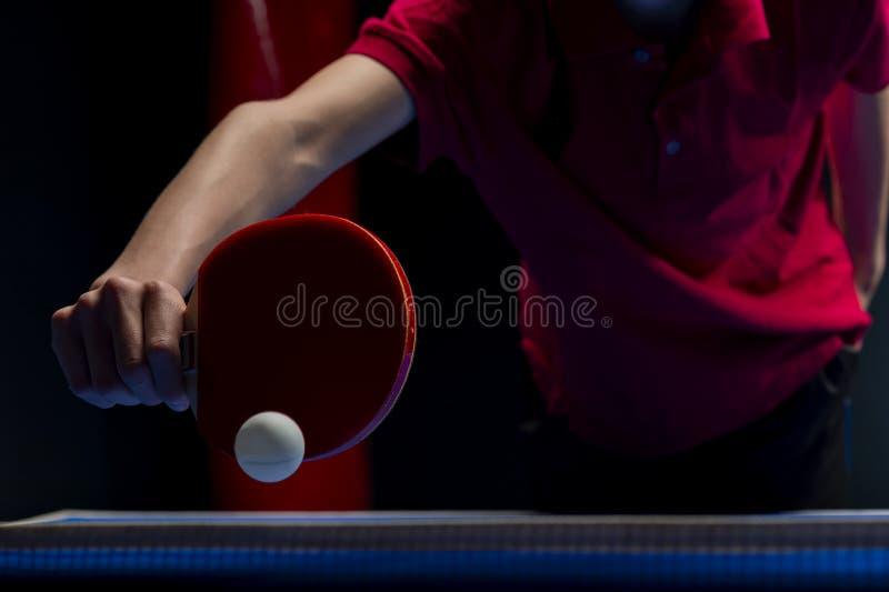 Tischtennis-Klingeln pong Paddel und weißer Ball stockfotografie