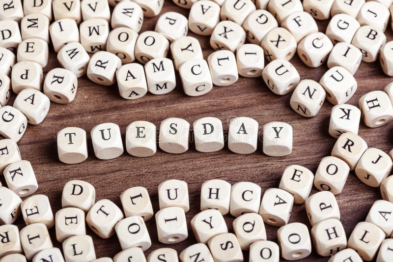tisdag veckadagord på tärningbokstäver i kaostabell royaltyfria foton