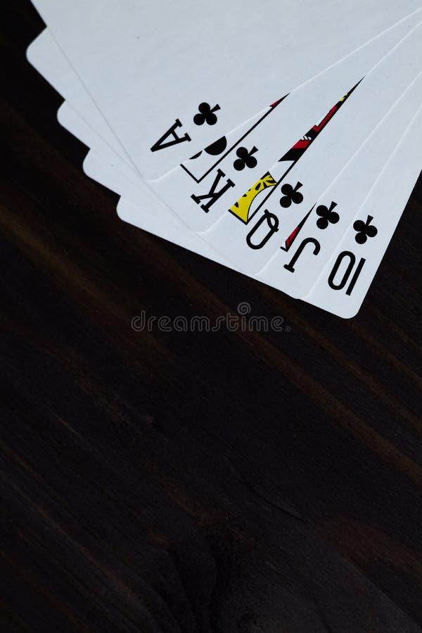 tisonnier cartes de jeu sur le fond noir ?clat royal images libres de droits
