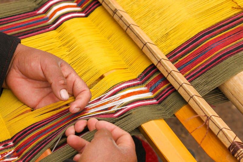 Tissage de la laine naturellement teinte images stock