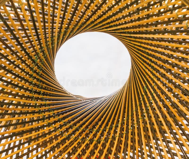 Tissez le cercle de modèle et le trouez au milieu du fond en bambou photo libre de droits