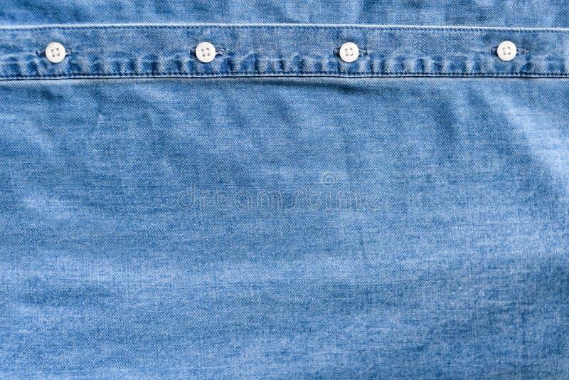 tissu bleu-clair de denim Placket blanc de bouton V?tx le concept photos libres de droits