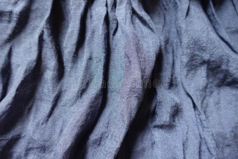 Tissu bleu plié de coton et de polyester images stock