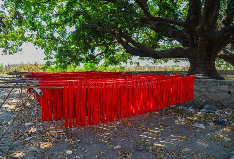 Tissu coloré accrochant pour sécher après colorant photographie stock libre de droits