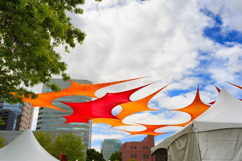 Tissu coloré d'ombre ficelé au-dessus des tentes en parc images libres de droits