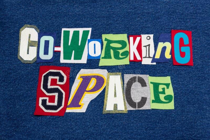 Tissu coloré de collage de mot des textes de l'ESPACE de CO-WORKING sur le denim bleu, la communauté de travail photo stock