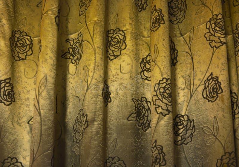 Tissu d'or avec le motif noir de fleur photographie stock