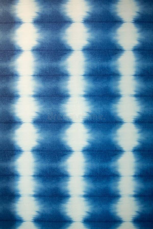 Tissu d'indigo teint par main images stock