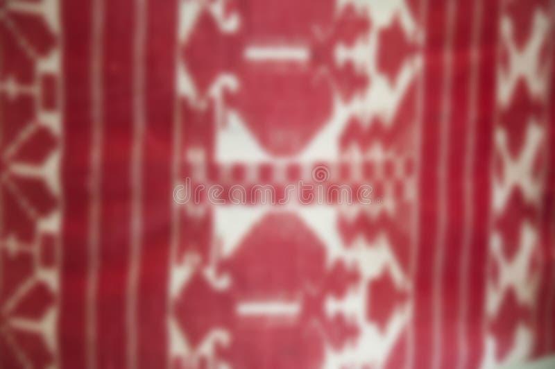 Tissu de broderie avec le filtre de flou Rouge brouillé de toile de broderie sur le blanc Brouillez la broderie folklorique ukra photo libre de droits
