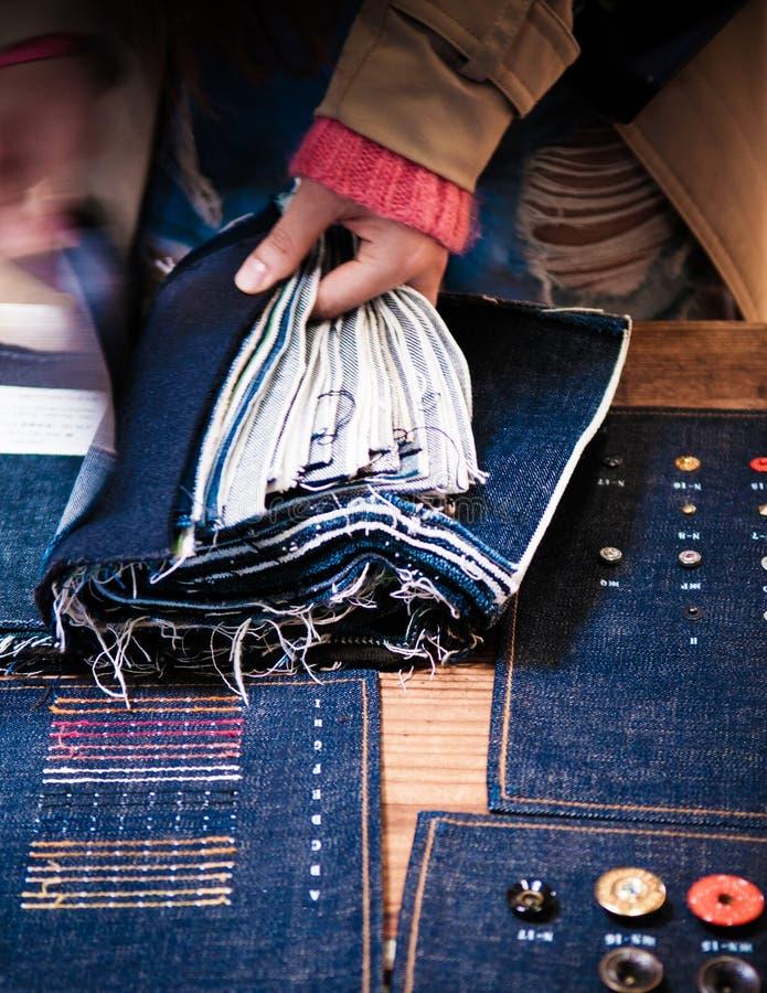 Tissu de Chosing Jean, rivets de jeans, boutons, tailleur de treillis, denim photographie stock libre de droits