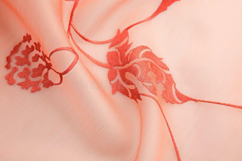 Tissu de luxe de fond de corail ou plis onduleux de velours en soie grunge de satin de texture photos libres de droits