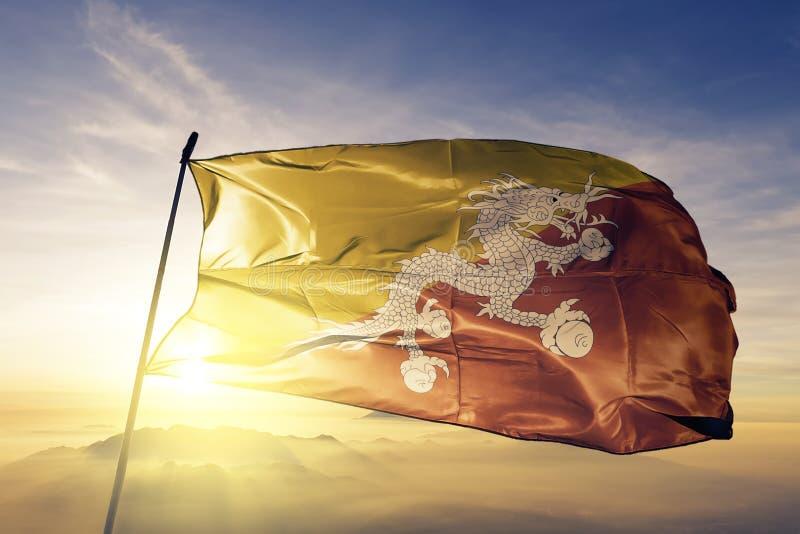 Tissu de tissu de textile de drapeau national du Bhutan ondulant sur le dessus illustration de vecteur