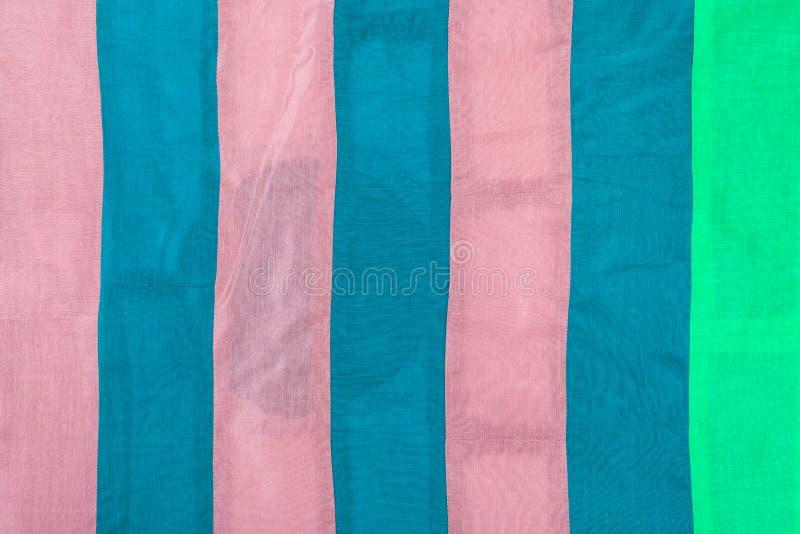 Tissu en soie avec les rayures roses, bleues, vertes photo libre de droits