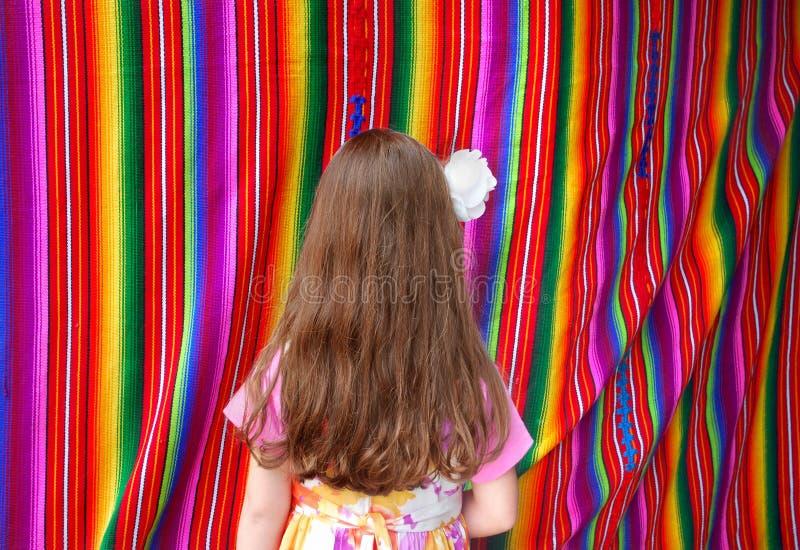 Tissu et fille multicolores mexicains images stock
