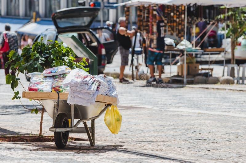 Tissu fait main de plat étant vendu sur la rue images libres de droits