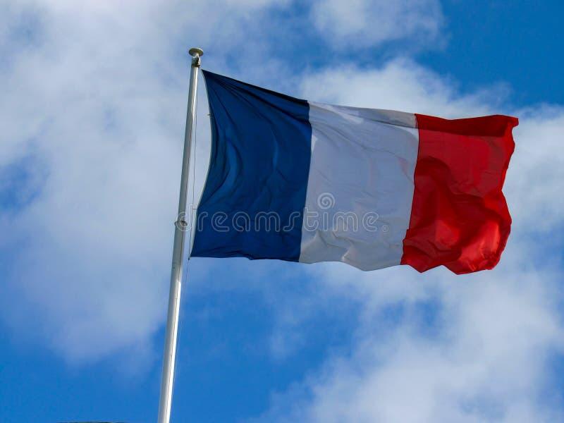 Tissu français tricolore : drapeau du battement de la France dans le vent avec l'espace de copie image stock