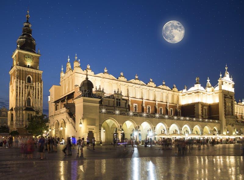 Tissu Hall et ville Hall Tower Krakow, Pologne photographie stock libre de droits