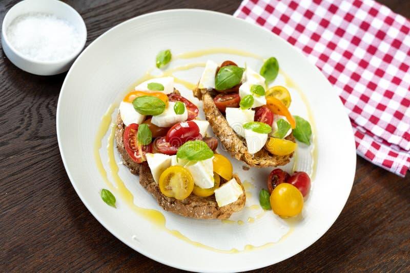 Tissu italien de rouge de déjeuner léger de fromage de tomate images stock