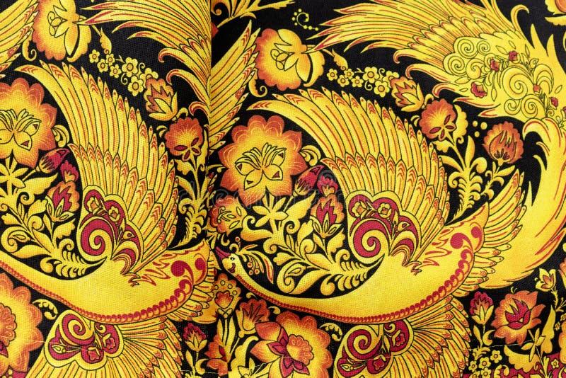 Tissu lumineux avec le modèle russe ethnique sous forme d'oiseaux et de fleurs photographie stock