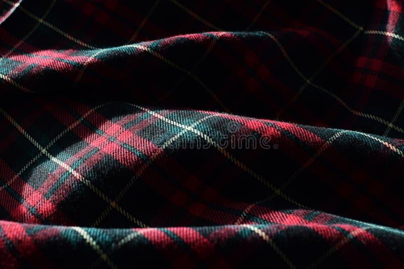 Tissu matériel de tartan écossais avec le soleil et ombres accentuant le détail, la forme et la texture photographie stock