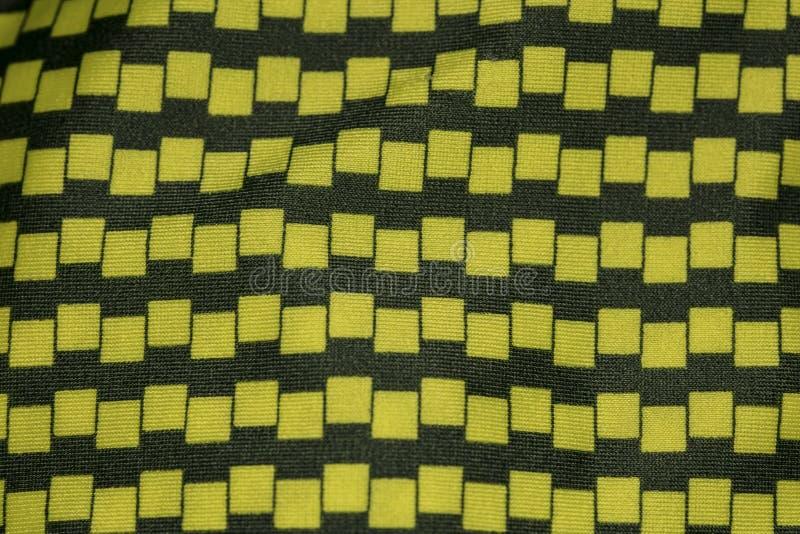 Tissu noir et jaune, plan rapproché sur le modèle photos stock