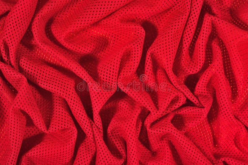 Tissu non-tissé chiffonné par rouge sur un vert image stock