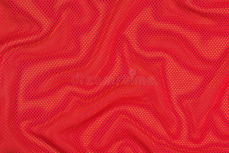 Tissu non-tissé chiffonné par rouge sur un vert images stock