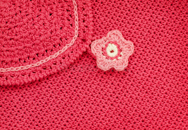 Tissu rouge de crochet avec le bouton de fleur photographie stock