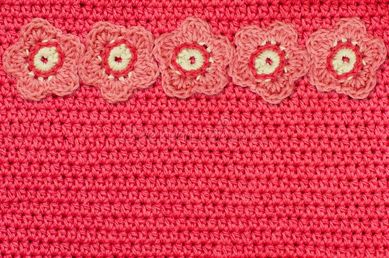 Tissu rouge de crochet et fleurs faites main images stock