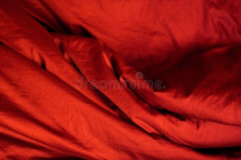 Tissu rouge Literie en soie froissée photos stock