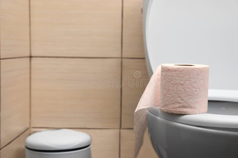 Tissuepapier auf Toilettensitz im Badezimmer stockfotografie