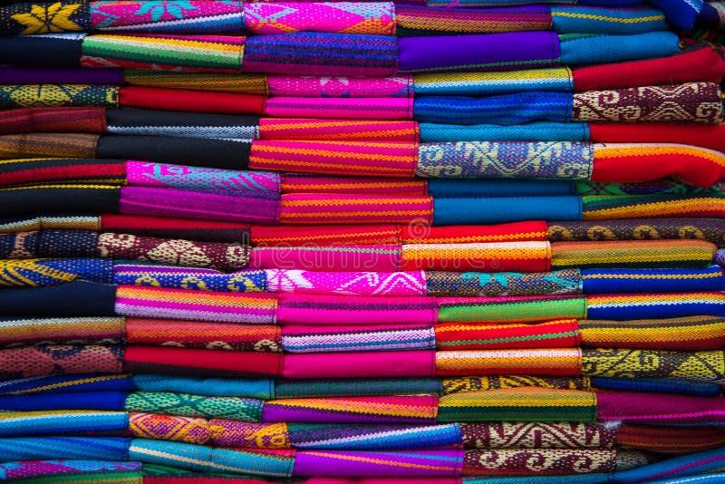 Tissus colorés au marché d'Otavalo en Equateur image stock