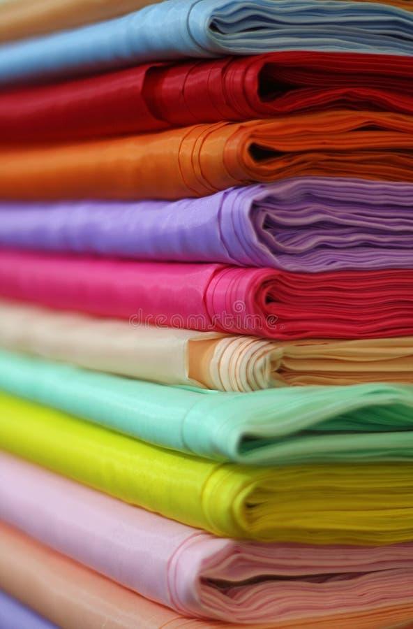 Tissus colorés de satin photographie stock