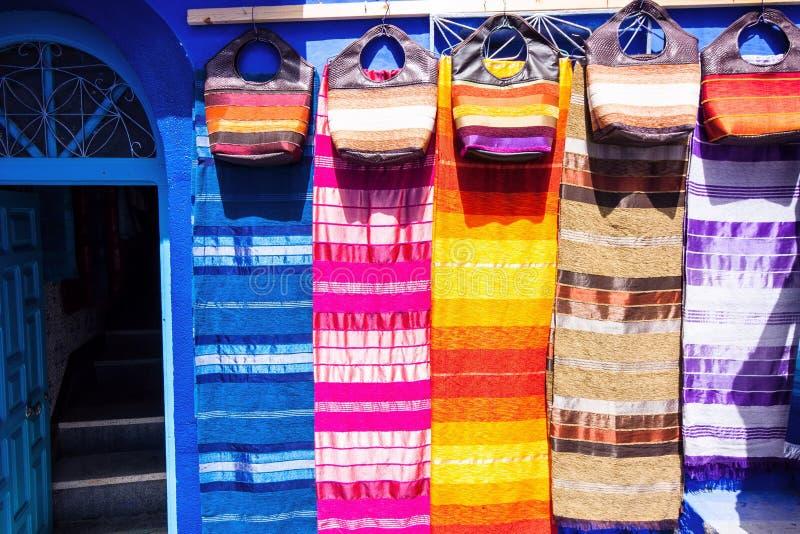 Tissus et avant colorés de sacs à main de la boutique, Chefchaouen, Maroc photographie stock