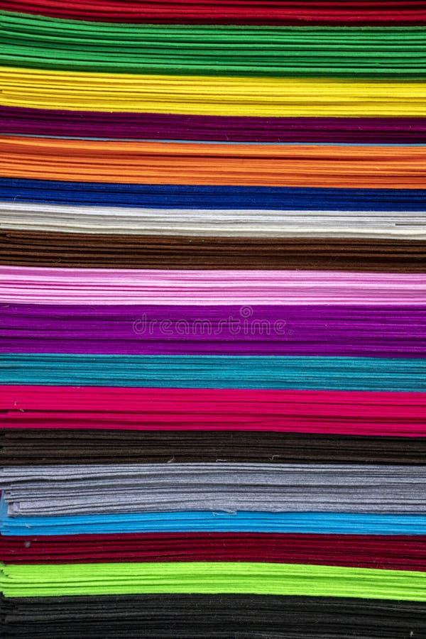 Tissus sentis de diverses couleurs sur le marché oriental Voyage kyrgyzstan images stock