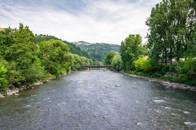 Tisza flod i Rakhiv, Ukraina royaltyfria bilder