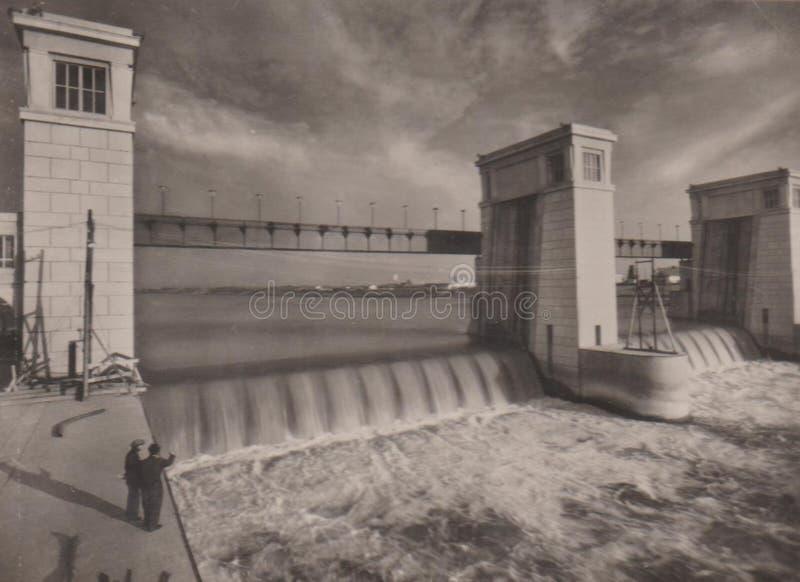 TISZAUG, HUNGRIA 1956 - central elétrica da água no rio Tisza imagem de stock