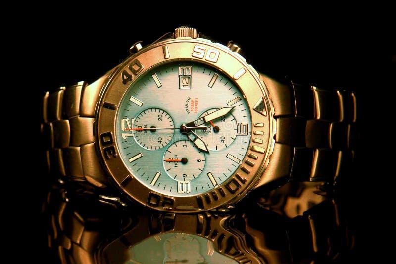 Titane de la montre-bracelet des hommes photographie stock