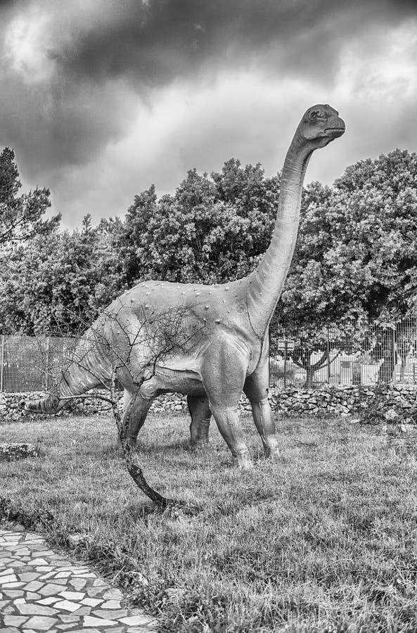 Δεινόσαυρος Titanosaur μέσα σε ένα πάρκο του Dino στη νότια Ιταλία στοκ εικόνες
