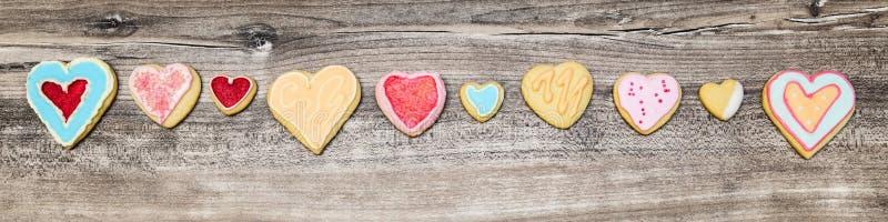 Titelrad färgrika hjärtakakor i en linje, begreppsMotherÂs dag royaltyfri foto