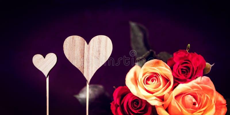 Titelrad med hjärtor och rosor arkivbilder
