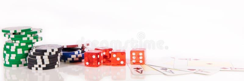 Titelrad med pokerchiper, tärning och spela kort, kasino och vågspel arkivfoto