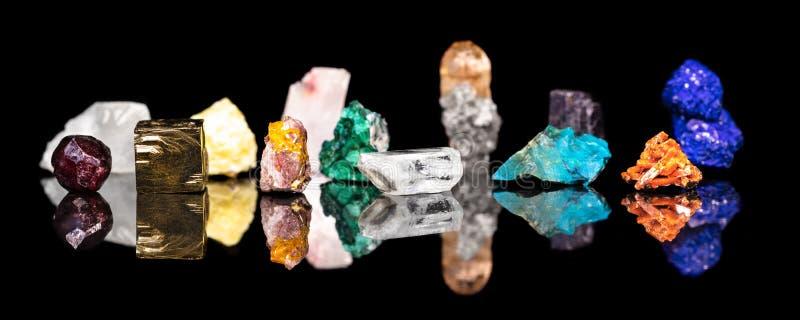 Titelrad variation av mineraliska gemstones och läkastenar som är naturliga royaltyfria bilder