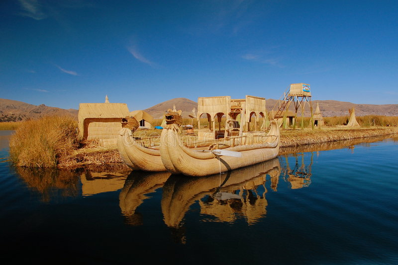 titicaca тростника озера острова шлюпки плавая стоковое фото rf