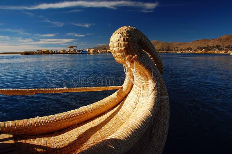 titicaca de roseau de lac de bateau image stock