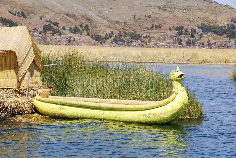 Titicaca jeziorne trzcinowe łodzie fotografia stock